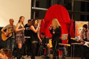 foto optreden poplied 'Donker en licht' CKV week Clusius College