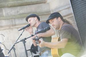 Optreden Emmerig en Lopez op dag herdenken geweldslachtoffers
